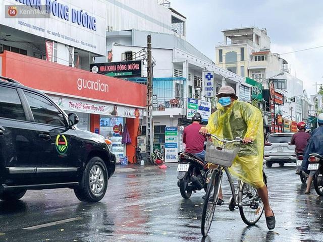 ẢNH: Mưa lớn bất ngờ vào giữa trưa, người Sài Gòn được giải nhiệt sau những ngày nắng nóng oi bức - Ảnh 8.