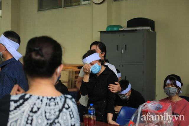 Nhói lòng những ánh mắt ngây thơ cùng nhành hoa trắng tiễn đưa nạn nhân nhỏ tuổi nhất trong vụ cháy nhà kinh hoàng trên phố Tôn Đức Thắng - Ảnh 9.