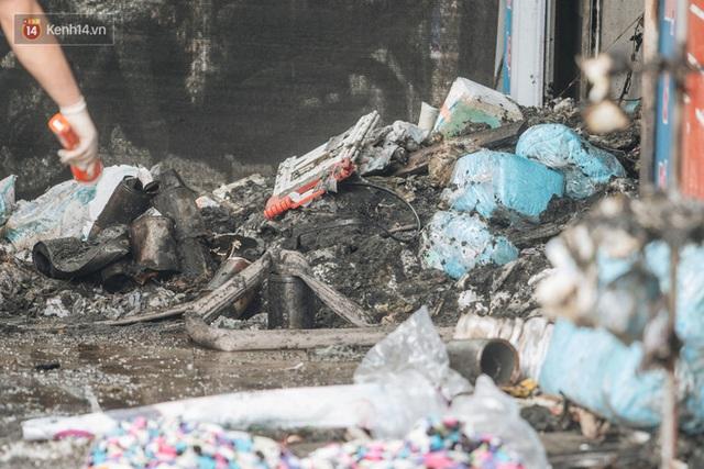 Lời kể đau xót của các chiến sĩ chữa cháy dùng tay đào bới, tìm kiếm 4 thi thể trong đống đổ nát: Hai mẹ con nằm ôm nhau, mặt cháu bé úp vào ngực mẹ - Ảnh 2.