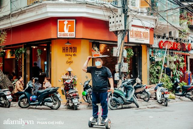 Quán phở diễn xiếc lạ nhất Hà Nội: Đội tô nước lèo nóng hổi thăng bằng trên đầu, chân lướt như bay bằng xe điện trong khu ngõ nhỏ để phục vụ khách - Ảnh 5.