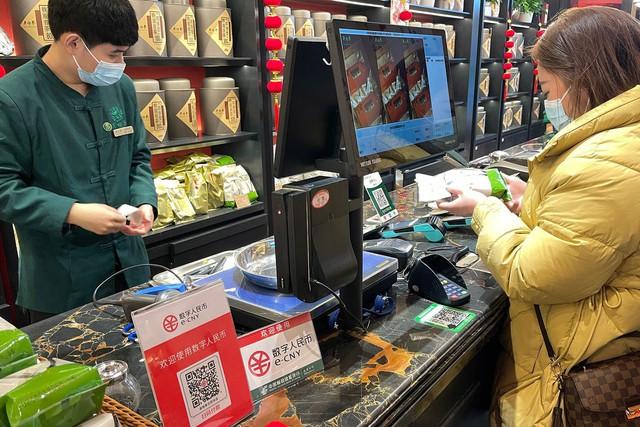 Nhân dân tệ kỹ thuật số có thể giúp Trung Quốc lật đổ ngôi vương của đồng USD như thế nào? - Ảnh 2.