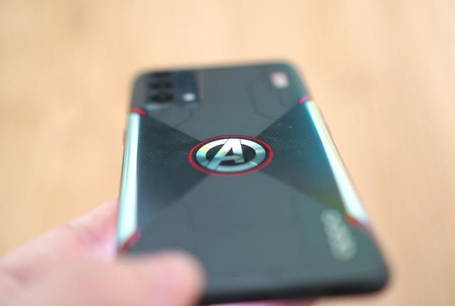 Nếu là fan Marvel, bạn không thể bỏ qua chiếc điện thoại giá 10 triệu này - Ảnh 5.