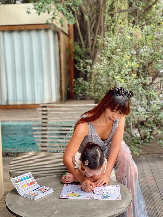 Sau 1 năm cho con đi học sớm, vợ chồng siêu mẫu Hà Anh hạnh phúc vì bé Myla bộc lộ nhiều tài năng, kiếm được tiền khi mới 3 tuổi nhờ page thời trang riêng - Ảnh 18.