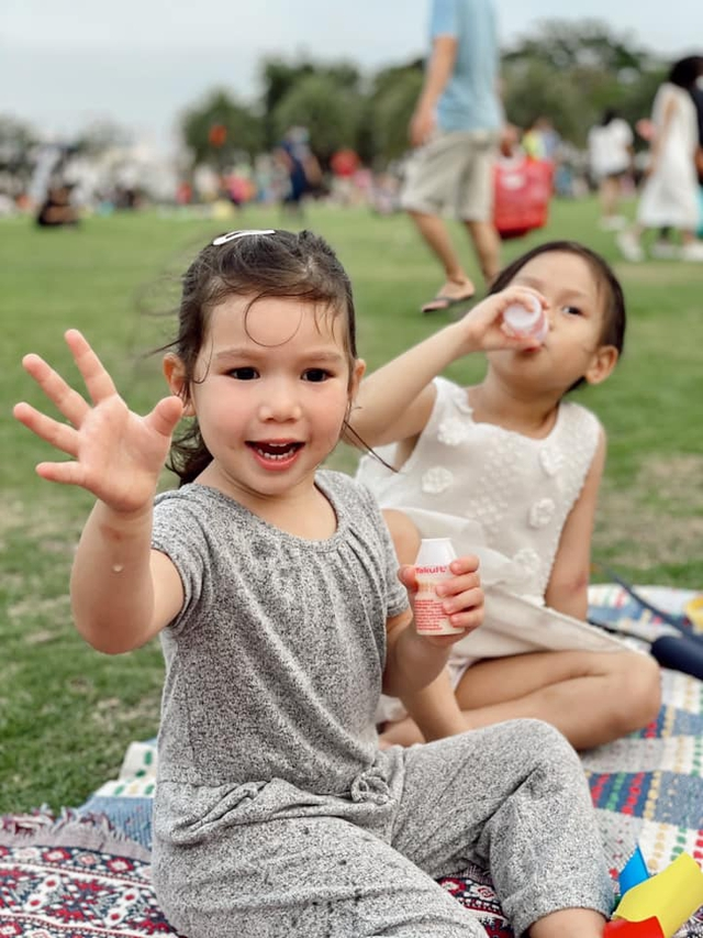 Sau 1 năm cho con đi học sớm, vợ chồng siêu mẫu Hà Anh hạnh phúc vì bé Myla bộc lộ nhiều tài năng, kiếm được tiền khi mới 3 tuổi nhờ page thời trang riêng - Ảnh 4.