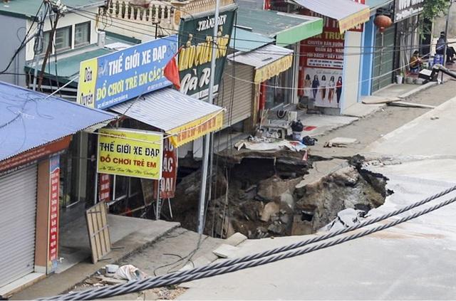 Sáng nay, hố tử thần ở Hà Nội đã lan rộng ra 50m2, đổ đất cát vào như muối bỏ biển - Ảnh 1.