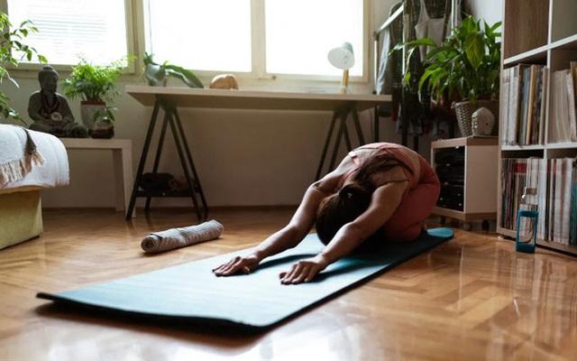 7 bài tập giãn cơ bạn nên thực hiện hàng đêm để vừa ngủ ngon lại giảm đau mỏi sau một ngày làm việc - Ảnh 1.