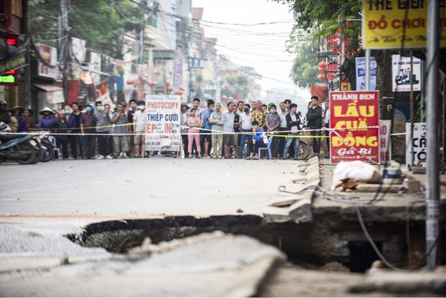 Sáng nay, hố tử thần ở Hà Nội đã lan rộng ra 50m2, đổ đất cát vào như muối bỏ biển - Ảnh 2.