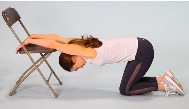 7 bài tập giãn cơ bạn nên thực hiện hàng đêm để vừa ngủ ngon lại giảm đau mỏi sau một ngày làm việc - Ảnh 3.