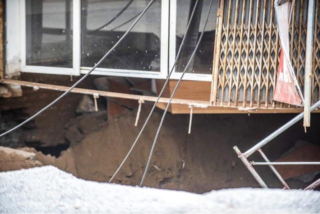 Sáng nay, hố tử thần ở Hà Nội đã lan rộng ra 50m2, đổ đất cát vào như muối bỏ biển - Ảnh 5.