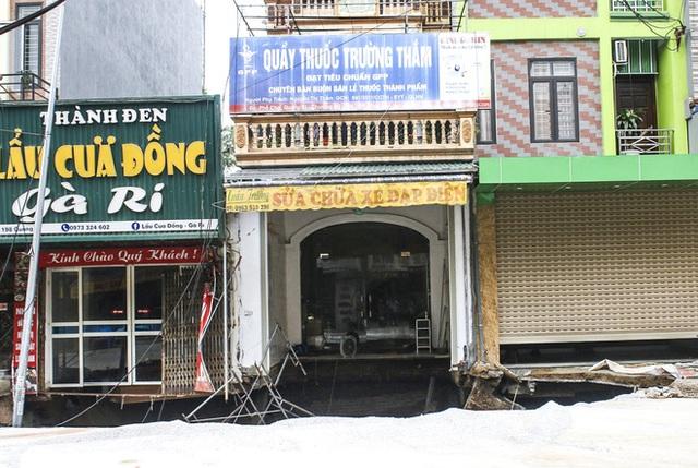 Sáng nay, hố tử thần ở Hà Nội đã lan rộng ra 50m2, đổ đất cát vào như muối bỏ biển - Ảnh 8.