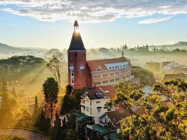 5 ngôi trường cổ kính tại Việt Nam, bước vào cứ ngỡ như đang sống trong lâu đài giữa trời Âu: Không con nhà giàu thì cũng toàn nhân tài ưu tú mới có suất học - Ảnh 9.