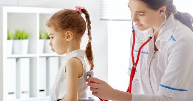 Trẻ dậy thì sớm có thể sẽ bị lùn về sau này: Nguyên nhân, dấu hiệu, ảnh hưởng, cách điều trị và phòng ngừa dậy thì sớm ở trẻ - Ảnh 1.