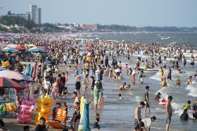 Bãi biển chật cứng người, Bà Rịa - Vũng Tàu hỏa tốc dừng nhiều dịch vụ  - Ảnh 1.