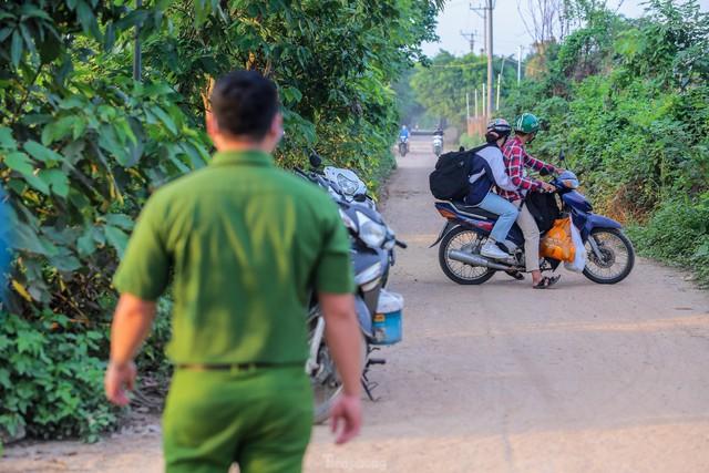 Chặn lối ra bãi bồi chân cầu Vĩnh Tuy, hàng trăm người tiếc nuối quay xe  - Ảnh 11.