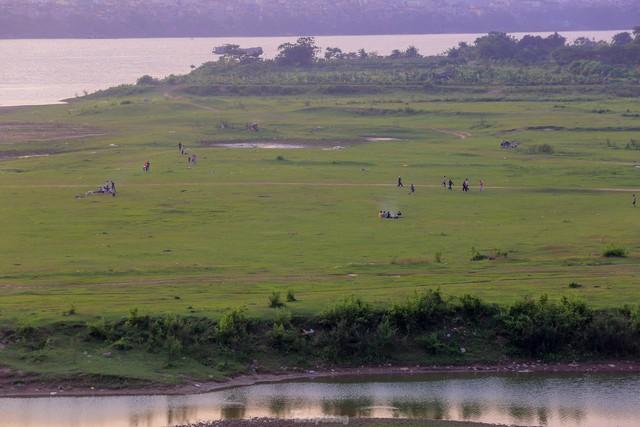 Chặn lối ra bãi bồi chân cầu Vĩnh Tuy, hàng trăm người tiếc nuối quay xe  - Ảnh 15.