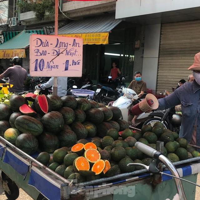 Rau củ, trái cây TPHCM đại hạ giá dịp nghỉ lễ - Ảnh 9.