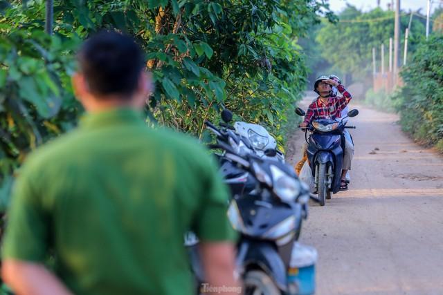 Chặn lối ra bãi bồi chân cầu Vĩnh Tuy, hàng trăm người tiếc nuối quay xe  - Ảnh 10.