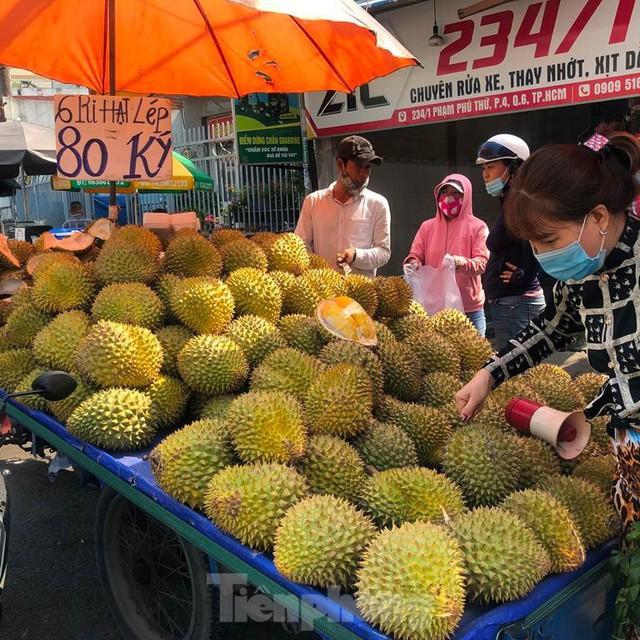 Rau củ, trái cây TPHCM đại hạ giá dịp nghỉ lễ - Ảnh 10.