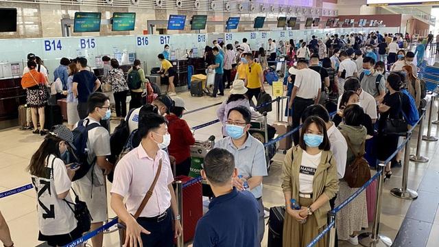 Khách bay sụt giảm mạnh, sân bay vắng hoe - Ảnh 2.