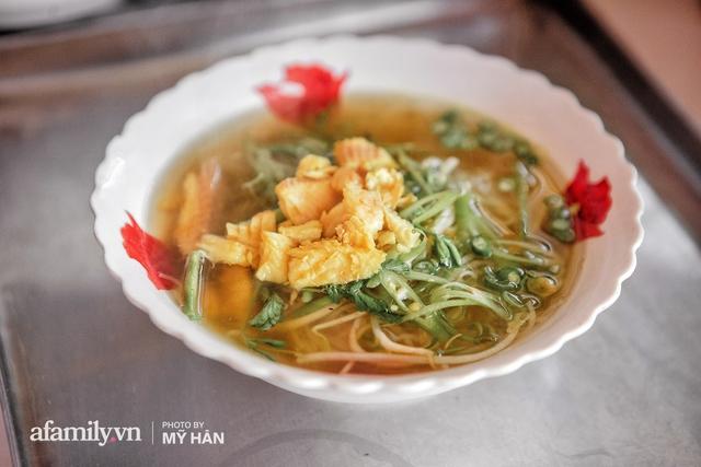 Không phải đầu bếp, nhưng hai thầy cô giáo ở miền Tây đã làm nên món ăn được xác lập kỷ lục 50 món đặc sản nổi tiếng nhất Việt Nam, bất ngờ về người nắm giữ công thức bí mật! - Ảnh 1.