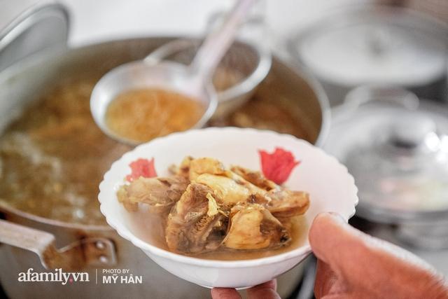 Không phải đầu bếp, nhưng hai thầy cô giáo ở miền Tây đã làm nên món ăn được xác lập kỷ lục 50 món đặc sản nổi tiếng nhất Việt Nam, bất ngờ về người nắm giữ công thức bí mật! - Ảnh 13.