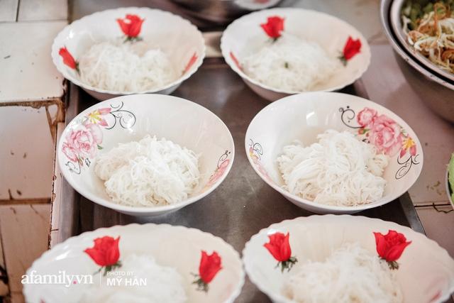 Không phải đầu bếp, nhưng hai thầy cô giáo ở miền Tây đã làm nên món ăn được xác lập kỷ lục 50 món đặc sản nổi tiếng nhất Việt Nam, bất ngờ về người nắm giữ công thức bí mật! - Ảnh 12.
