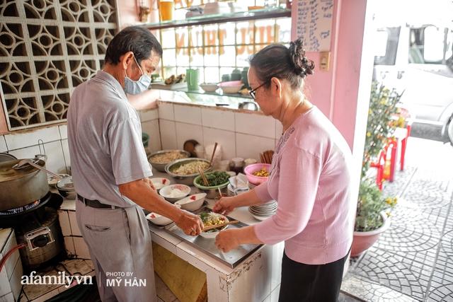 Không phải đầu bếp, nhưng hai thầy cô giáo ở miền Tây đã làm nên món ăn được xác lập kỷ lục 50 món đặc sản nổi tiếng nhất Việt Nam, bất ngờ về người nắm giữ công thức bí mật! - Ảnh 18.
