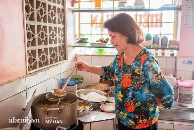 Không phải đầu bếp, nhưng hai thầy cô giáo ở miền Tây đã làm nên món ăn được xác lập kỷ lục 50 món đặc sản nổi tiếng nhất Việt Nam, bất ngờ về người nắm giữ công thức bí mật! - Ảnh 6.