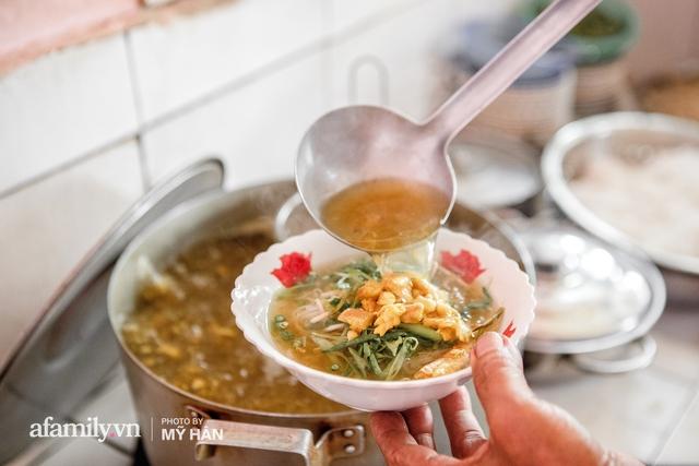 Không phải đầu bếp, nhưng hai thầy cô giáo ở miền Tây đã làm nên món ăn được xác lập kỷ lục 50 món đặc sản nổi tiếng nhất Việt Nam, bất ngờ về người nắm giữ công thức bí mật! - Ảnh 7.