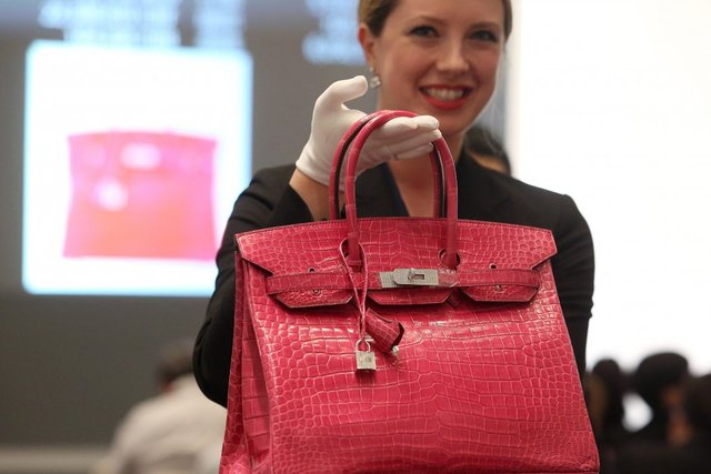 Mua túi Chanel giống như một khoản đầu tư sinh lời: Người trẻ đổ xô đi đấu giá trực tuyến cho thời trang xa xỉ với hy vọng kiếm bộn tiền - Ảnh 1.