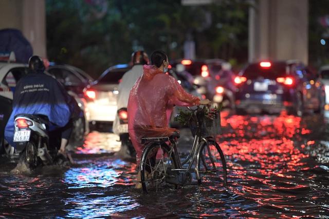 Ảnh, clip: Mưa dông gió giật kèm sấm chớp kinh hoàng ập xuống giờ tan tầm, Hà Nội ngập khắp các tuyến đường - Ảnh 11.