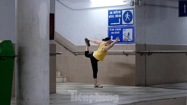 Hà Nội: Trốn lực lượng chức năng, người dân chui xuống hầm đi bộ tập thể dục - Ảnh 3.