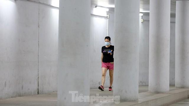 Hà Nội: Trốn lực lượng chức năng, người dân chui xuống hầm đi bộ tập thể dục - Ảnh 4.