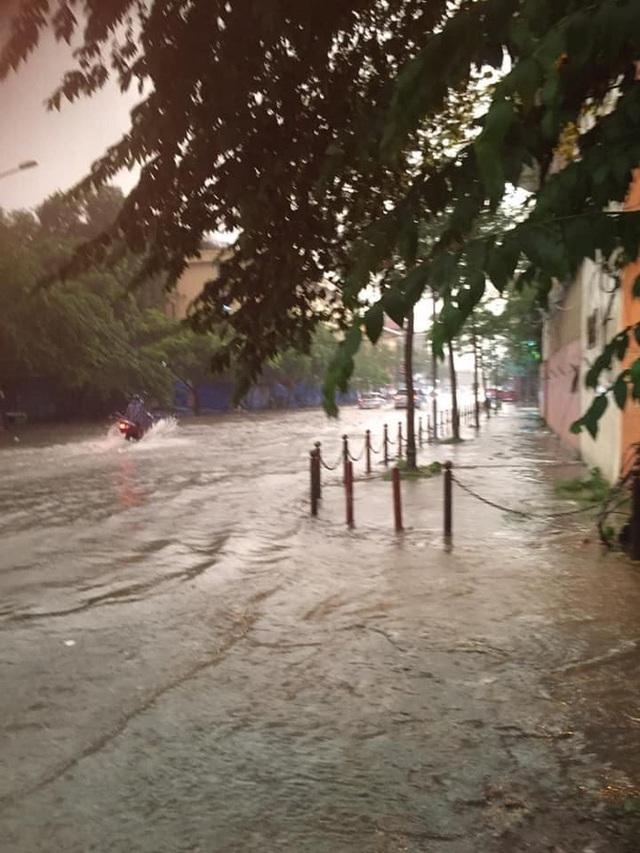 Ảnh, clip: Mưa dông gió giật kèm sấm chớp kinh hoàng ập xuống giờ tan tầm, Hà Nội ngập khắp các tuyến đường - Ảnh 31.
