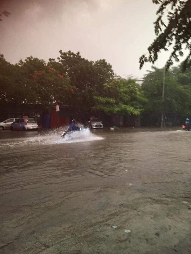 Ảnh, clip: Mưa dông gió giật kèm sấm chớp kinh hoàng ập xuống giờ tan tầm, Hà Nội ngập khắp các tuyến đường - Ảnh 32.