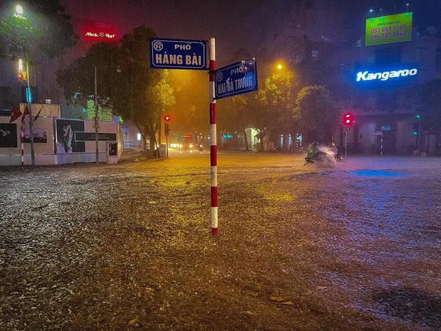 Ảnh, clip: Mưa dông gió giật kèm sấm chớp kinh hoàng ập xuống giờ tan tầm, Hà Nội ngập khắp các tuyến đường - Ảnh 37.