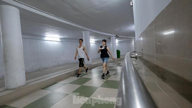 Hà Nội: Trốn lực lượng chức năng, người dân chui xuống hầm đi bộ tập thể dục - Ảnh 6.
