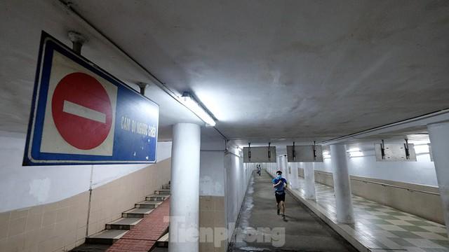 Hà Nội: Trốn lực lượng chức năng, người dân chui xuống hầm đi bộ tập thể dục - Ảnh 7.