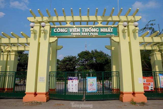 Hà Nội lập chốt ngăn người dân vượt rào tập thể dục ở công viên, vườn hoa - Ảnh 1.