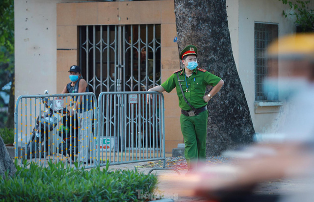 Hà Nội lập chốt ngăn người dân vượt rào tập thể dục ở công viên, vườn hoa - Ảnh 2.
