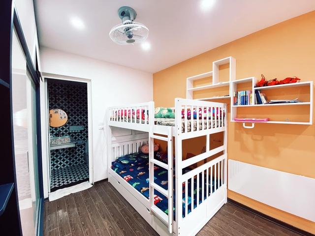 Làm gì để không gian căn chung cư nhỏ thoáng đãng mà vẫn đủ công năng cho gia đình có trẻ nhỏ? Cách bài trí của nhà thiết kế trẻ nhận mưa lời khen vì quá hợp lý - Ảnh 8.
