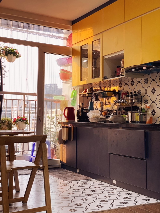 Làm gì để không gian căn chung cư nhỏ thoáng đãng mà vẫn đủ công năng cho gia đình có trẻ nhỏ? Cách bài trí của nhà thiết kế trẻ nhận mưa lời khen vì quá hợp lý - Ảnh 4.