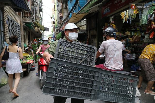 Hà Nội: Lực lượng chức năng ra quân tuyên truyền người dân dừng bán bia hơi và chợ cóc để phòng dịch Covid-19 - Ảnh 13.