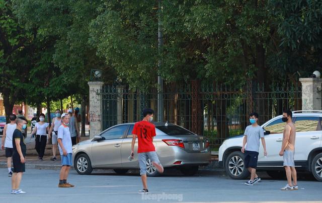 Hà Nội lập chốt ngăn người dân vượt rào tập thể dục ở công viên, vườn hoa - Ảnh 11.