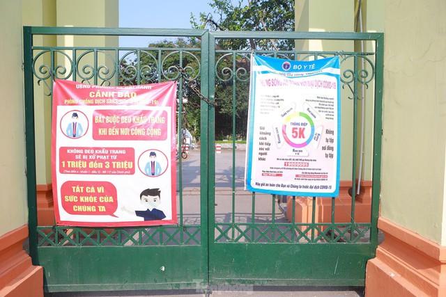 Hà Nội lập chốt ngăn người dân vượt rào tập thể dục ở công viên, vườn hoa - Ảnh 12.