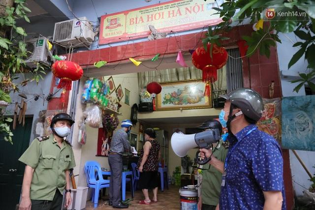 Hà Nội: Lực lượng chức năng ra quân tuyên truyền người dân dừng bán bia hơi và chợ cóc để phòng dịch Covid-19 - Ảnh 15.