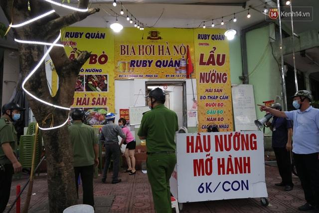 Hà Nội: Lực lượng chức năng ra quân tuyên truyền người dân dừng bán bia hơi và chợ cóc để phòng dịch Covid-19 - Ảnh 17.