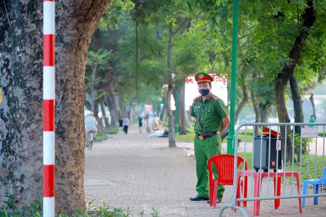 Hà Nội lập chốt ngăn người dân vượt rào tập thể dục ở công viên, vườn hoa - Ảnh 3.