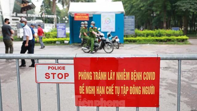 Hà Nội lập chốt ngăn người dân vượt rào tập thể dục ở công viên, vườn hoa - Ảnh 4.