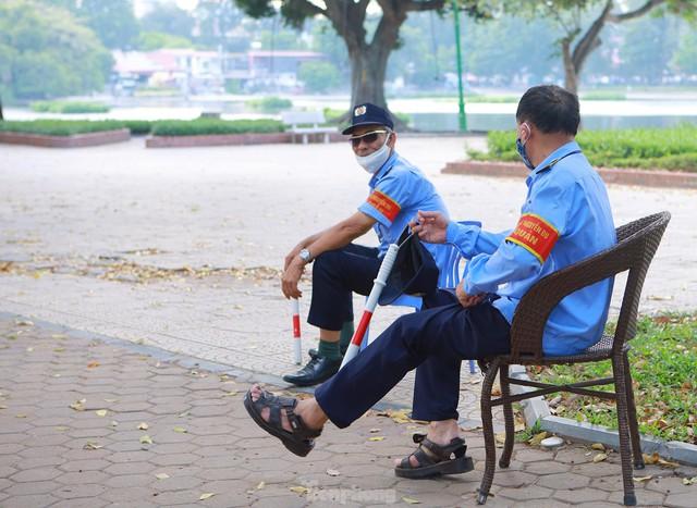 Hà Nội lập chốt ngăn người dân vượt rào tập thể dục ở công viên, vườn hoa - Ảnh 6.